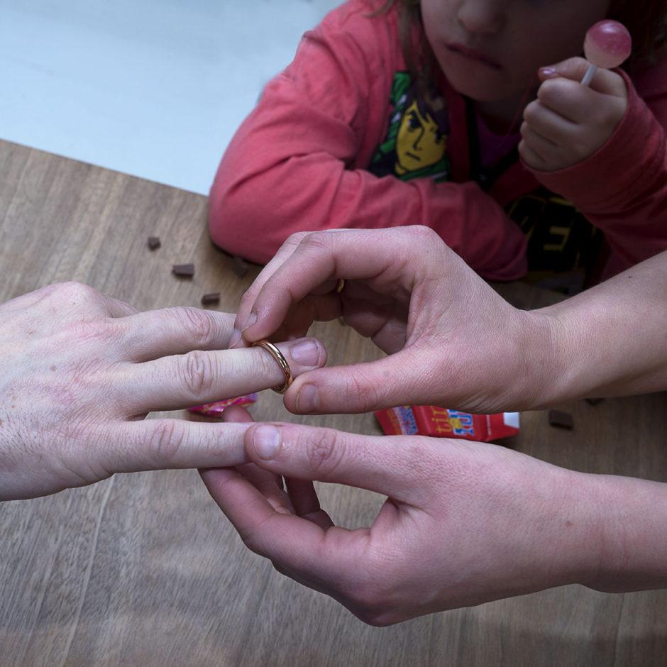Martijn Crowe Sabya van Elswijk en Set picking up rings